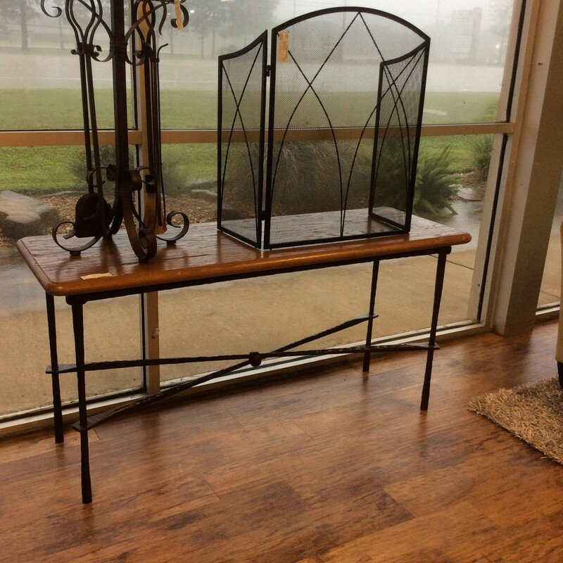This sofa table is an attractive combination of oak and metal.
