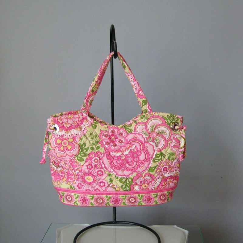 Foral print on this cute quilted cotton shoulder bag from Vera Bradley Double handles, open top, roomy interior with 2 slip pockets Width: 10in Height: 7.75in Depth: 4.5in Handle Drop: 5in  Excellent condition! Thanks for looking!