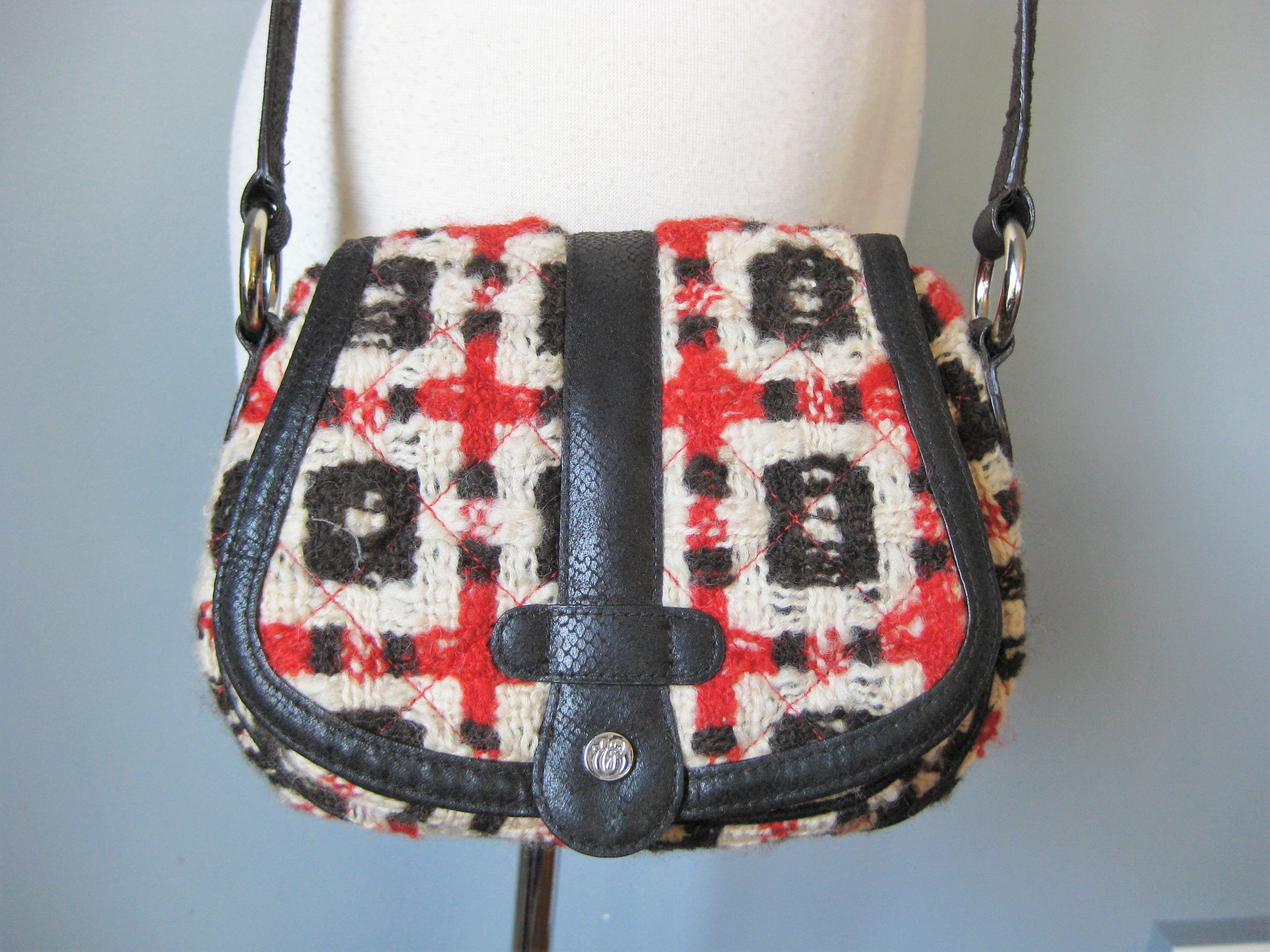 Rare early Vera Bradley bag in chunky red and black quilted tweed.<br /> Small Purse with long cross body adjustable strap<br /> Exterior slip pocket<br /> magnetic clasp<br /> 2 interior slip pockets and one zip pocket<br /> <br /> Excellent condition<br /> <br /> 11in x 7in x 4in<br /> strap drop max 22in<br /> <br /> thanks for looking!