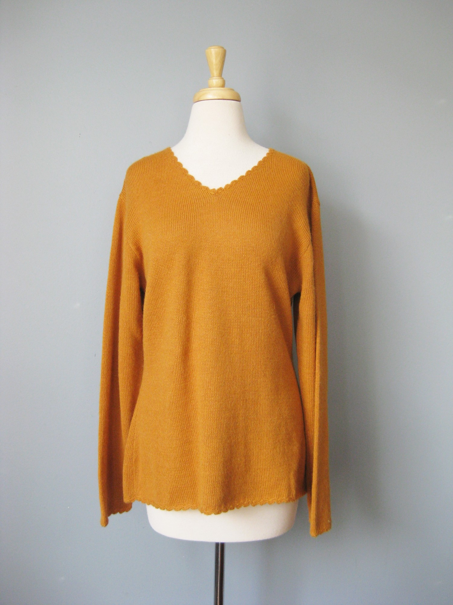 Peruvian Link Alpaca, Orange, Size: Medium<br /> Golden Pumpkin color with High quality layering piece in a heavenly cool toned pink color<br /> Pretty scallop details at wrist and neckline<br /> <br /> Size M<br /> armpit to armpit: 21.5in<br /> length: 25in<br /> width at hemin: 20.75in<br /> <br /> thanks for looking!<br /> #36858