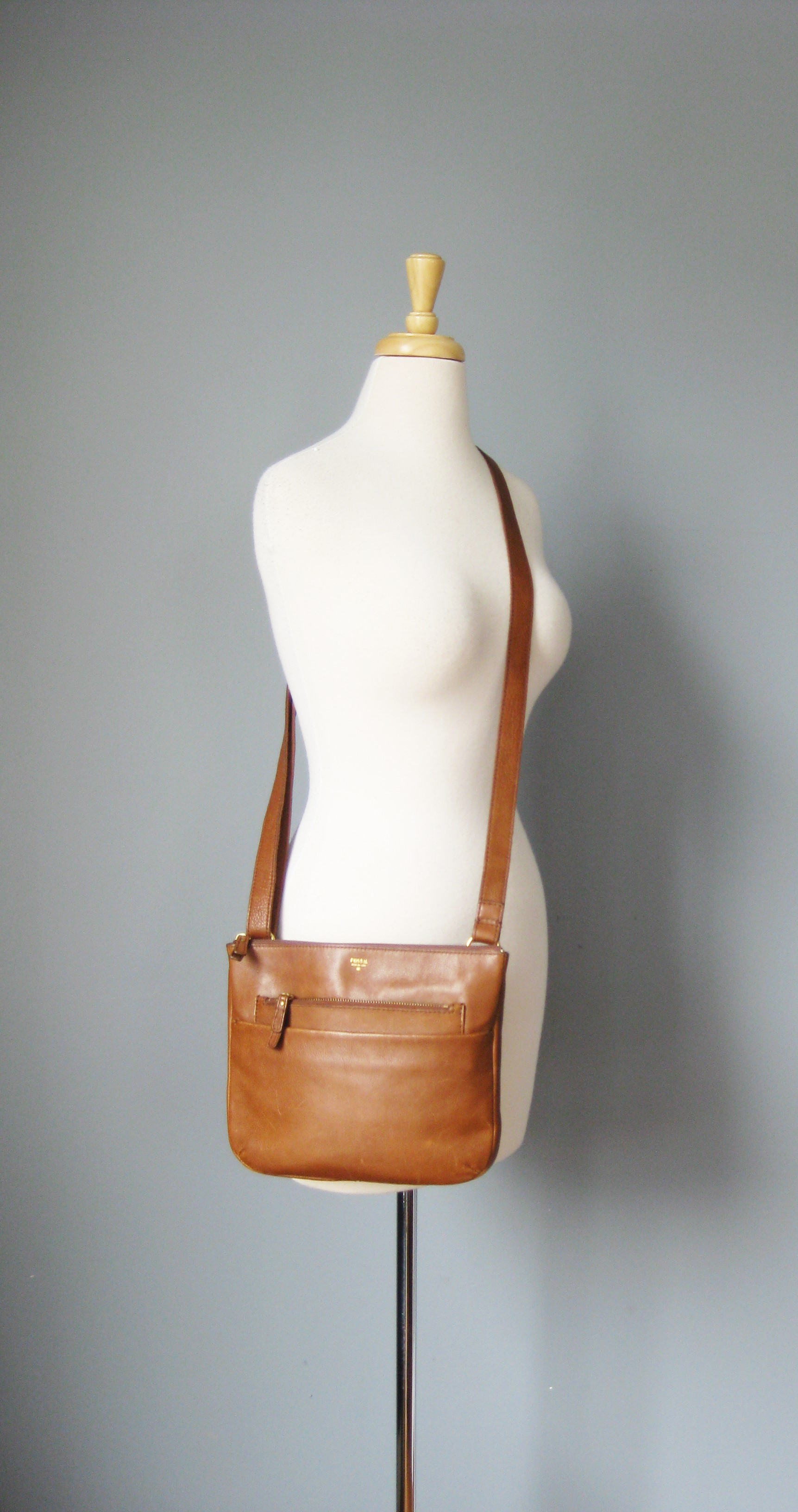 Fossil Leather Crossbody, Brown, Size: None<br /> Really nice pre-owned leather crossbody by Fossil<br /> roomy with slim profile<br /> Long adjustable leather strap<br />       max length: 28in<br />       minimum:14in (can be used as a shoulder or over the arm bag when shortened)<br /> 2 outside slip pockets<br /> 1 outisde zip pocket<br /> 2 inside slip pockets<br /> 1 inside zip pocket<br /> <br /> excellent condition, with some cosmetic characters marks on the leather as you can see from the photos.<br /> <br /> thanks for looking!<br /> #37753