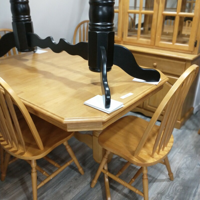 New table w leaves and 6 chairs Floor model like new